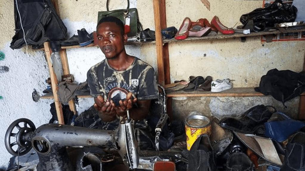 Grâce à des tutoriels Youtube, il fabrique et vend aujourd'hui des chaussures de luxe à Goma.